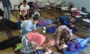 Grupo de alumnos practicando maniobra de resucutación.