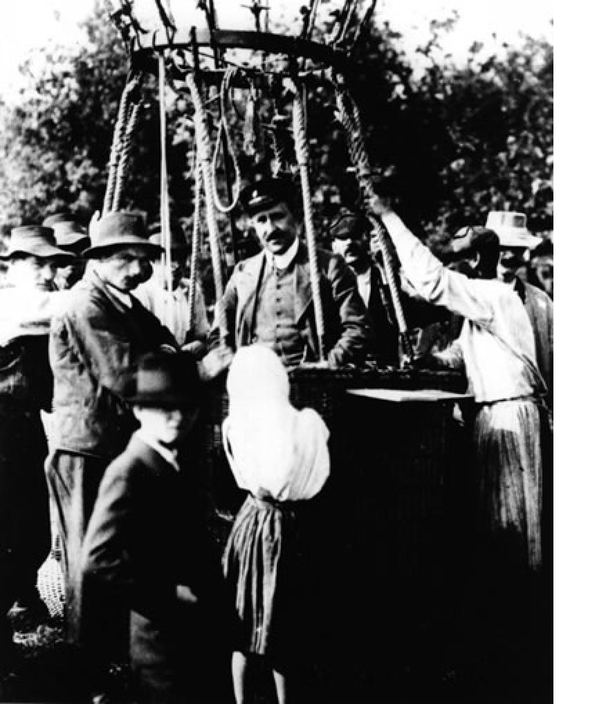 Foto de Hess subiéndose al globo aerostático para realizar su experimento